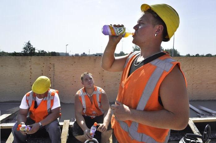 Buiten werken in de warmte veiligheidspet Werkshirt werkbermuda Koelbox Buiten werken in de warmte