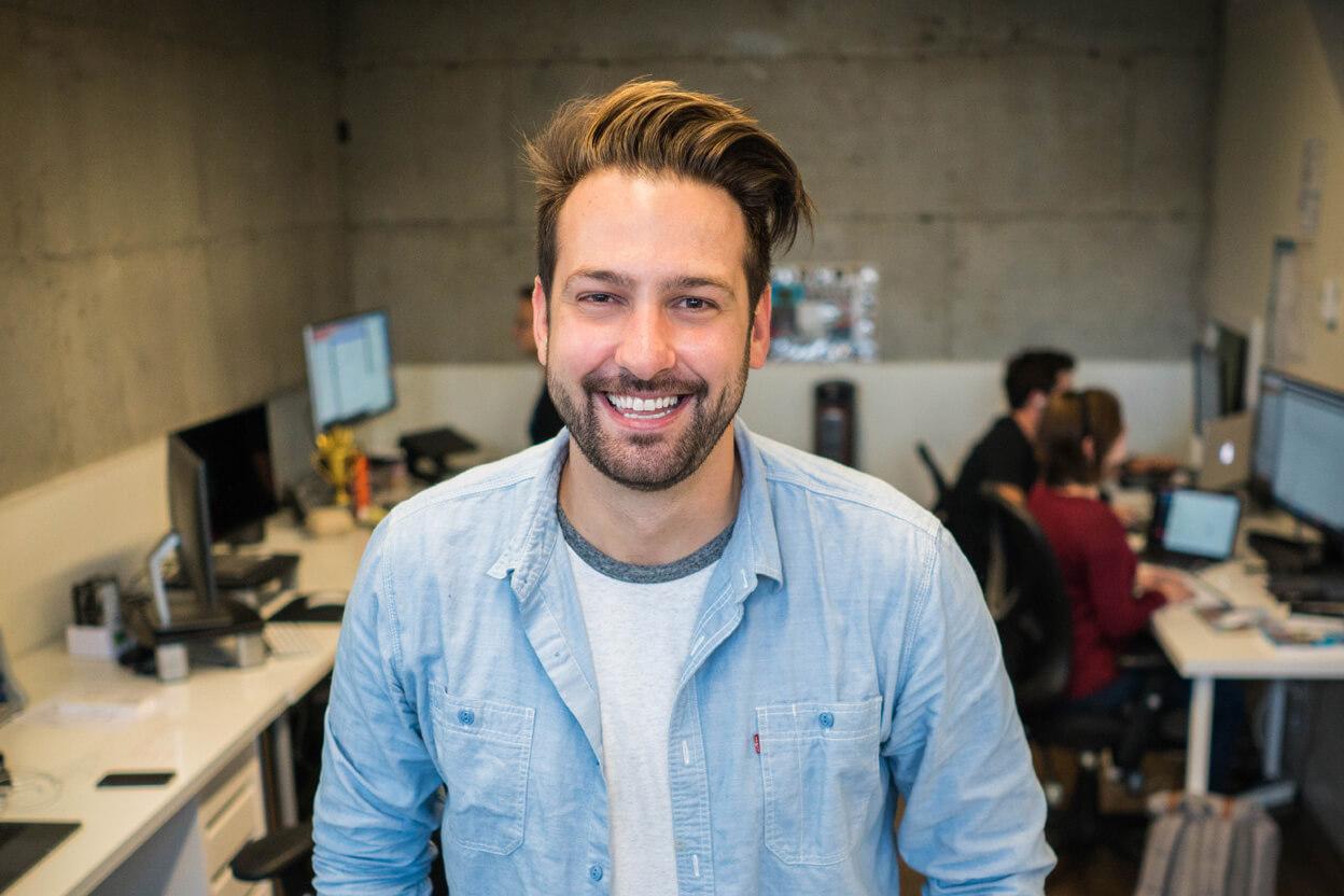 jeune homme souriant en chemise