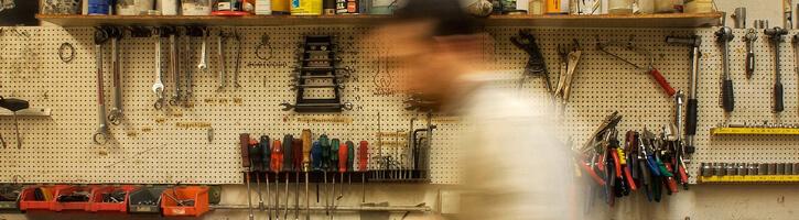 Silhouette d'un homme dans un atelier